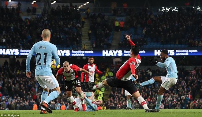 """Man City thắng nhờ """"gà son"""" phút bù giờ, fan MU giận sôi máu - 1"""