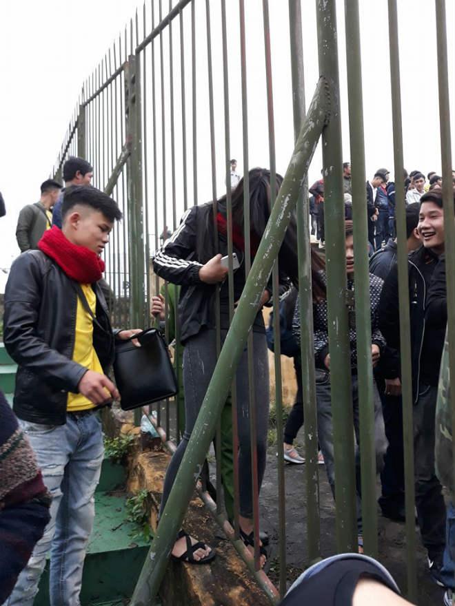 """Sân Vinh thành """"chảo lửa"""": Hot girl xứ Nghệ xem bóng đá muôn màu độc, lạ - 3"""