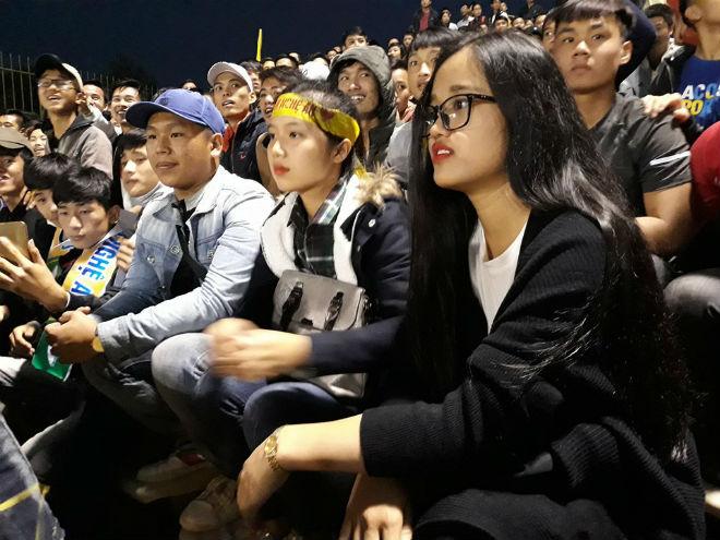 """Sân Vinh thành """"chảo lửa"""": Hot girl xứ Nghệ xem bóng đá muôn màu độc, lạ - 9"""