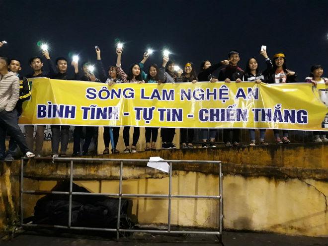 """Sân Vinh thành """"chảo lửa"""": Hot girl xứ Nghệ xem bóng đá muôn màu độc, lạ - 10"""
