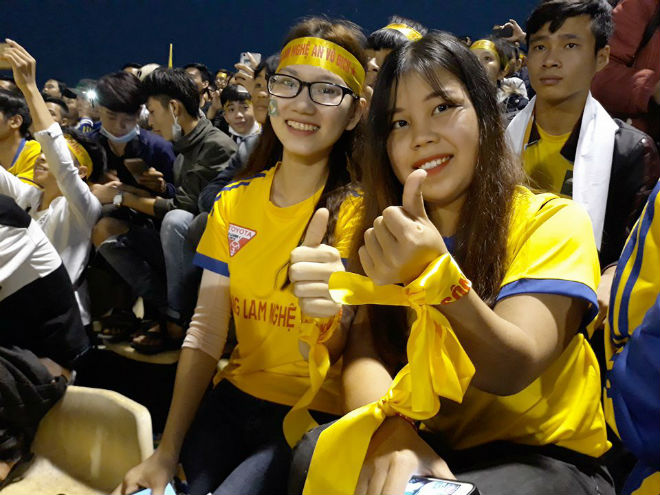 """Sân Vinh thành """"chảo lửa"""": Hot girl xứ Nghệ xem bóng đá muôn màu độc, lạ - 8"""