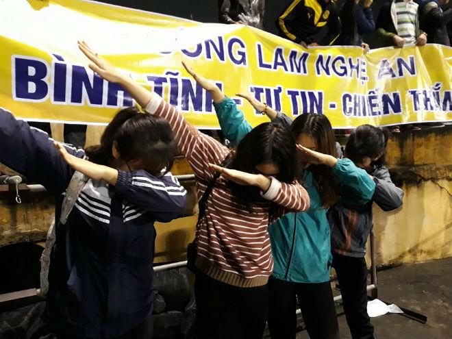 """Sân Vinh thành """"chảo lửa"""": Hot girl xứ Nghệ xem bóng đá muôn màu độc, lạ - 11"""