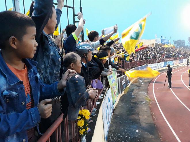"""Sân Vinh thành """"chảo lửa"""": Hot girl xứ Nghệ xem bóng đá muôn màu độc, lạ - 6"""