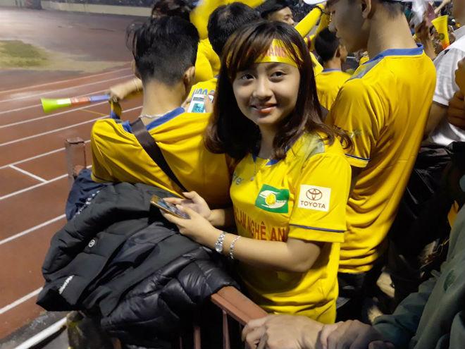 """Sân Vinh thành """"chảo lửa"""": Hot girl xứ Nghệ xem bóng đá muôn màu độc, lạ - 7"""