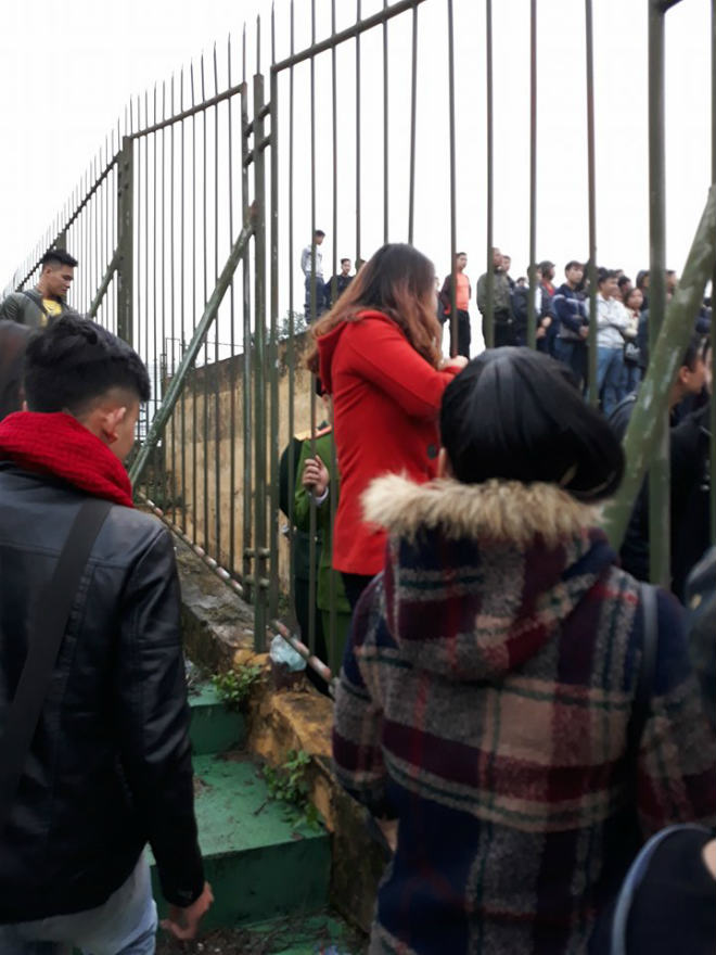 """Sân Vinh thành """"chảo lửa"""": Hot girl xứ Nghệ xem bóng đá muôn màu độc, lạ - 4"""