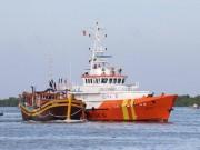 Vượt sóng dữ tiếp cận 12 ngư dân lênh đênh giữa biển