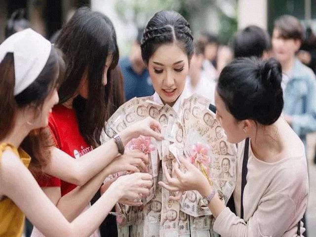 Hot girl Thái gây sốc với bộ lễ phục tốt nghiệp ngập trong tiền