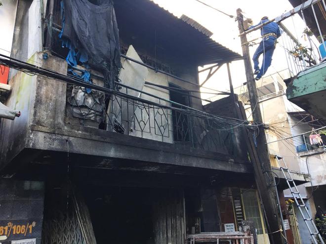 """Vụ cháy 3 người chết ở SG: Chồng nhiều lần lao vào """"biển lửa"""" cố cứu vợ và 2 con - 1"""