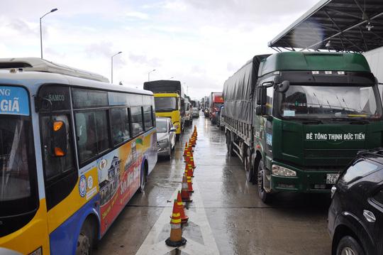Khánh Hòa: Liên tục kẹt xe do... tiền lẻ, BOT Ninh An xả trạm - 1
