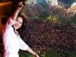 Hàng trăm fan leo trèo, chen chúc tại phố đi bộ xem Mỹ Tâm biểu diễn