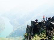 Du khách  xé rào  chụp ảnh trên mỏm đá tử thần ở Mã Pí Lèng