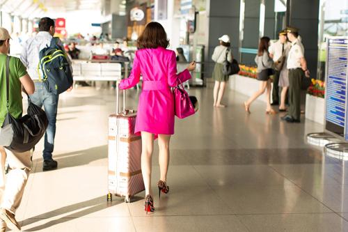"""""""Á hậu rửa chân cho chồng"""" mang 230 kg hàng hiệu thi Mrs. World Peace - 2"""
