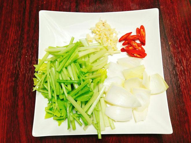 5 bước cho thịt bò xào cần tỏi mềm, ngon, thơm - 3