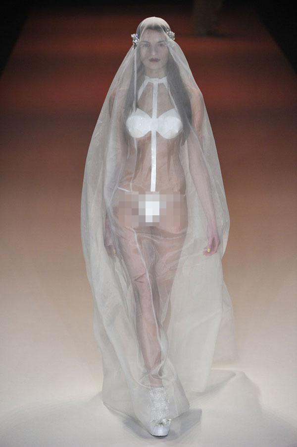 Nàng dâu diện váy cưới như cởi trần liệu có khiến quan khách giật mình? - 7
