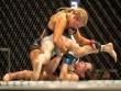 Người đẹp UFC gặp sự cố hi hữu vì đấm quá hăng