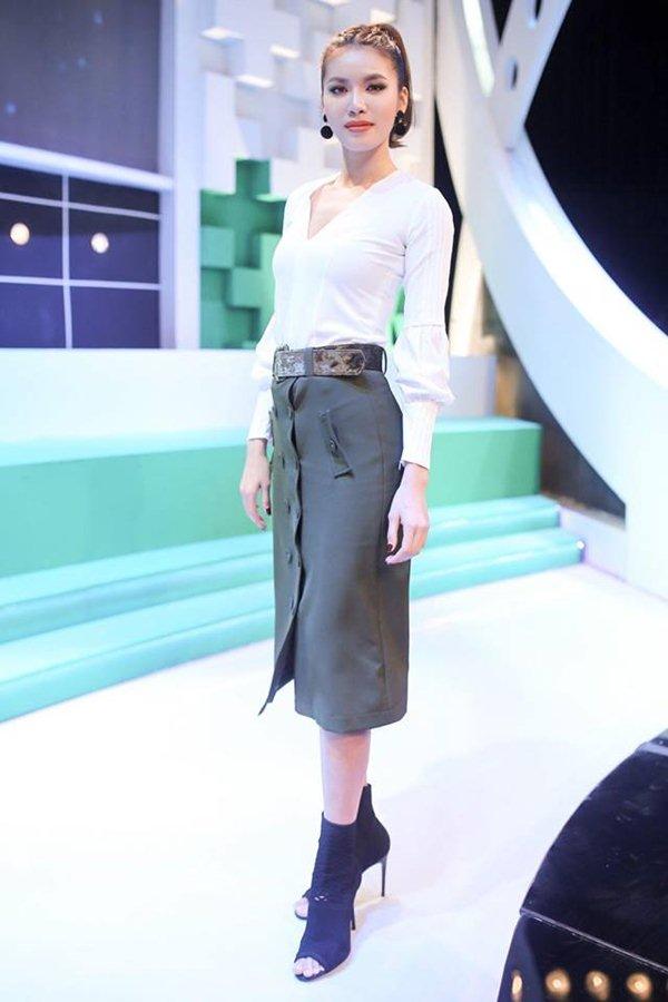 """Angela Phương Trinh đẹp nhì tuần với váy """"một mất một còn"""" - 6"""