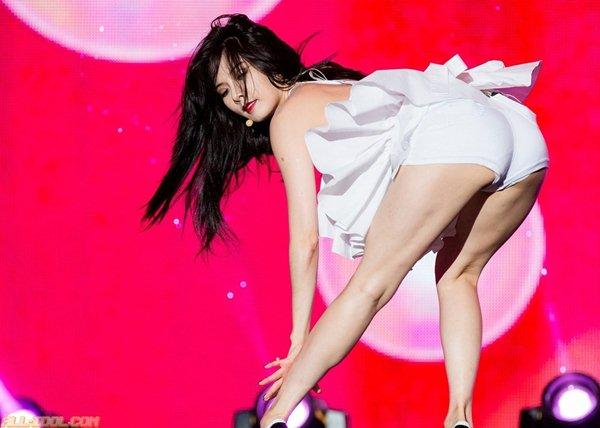 """""""Nữ hoàng gợi cảm Hàn Quốc"""" lại bị la ó vì ăn mặc - 8"""