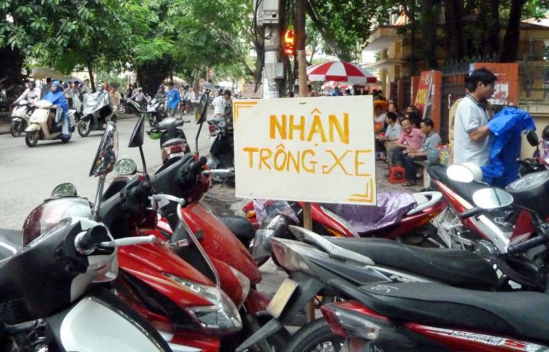 Hà Nội giữ xe trên vỉa hè: Người dân phải đi bộ dưới lòng đường? - 1
