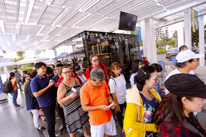 """Hết miễn phí vé, hành khách vẫn ùn ùn đi """"xe buýt"""" trên mặt nước - 1"""