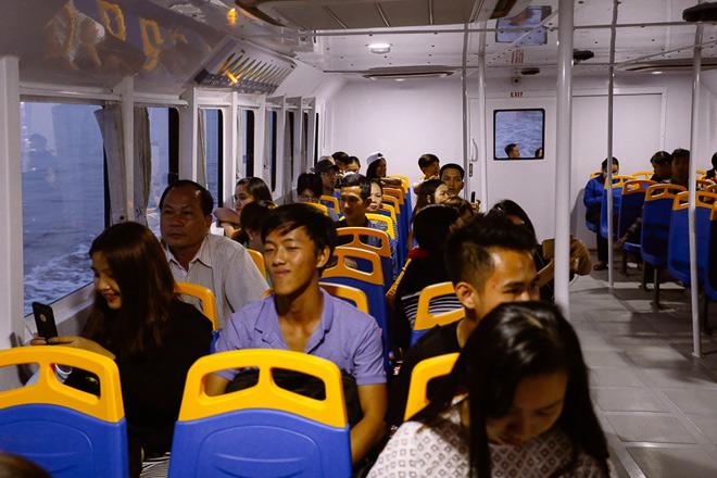 """Hết miễn phí vé, hành khách vẫn ùn ùn đi """"xe buýt"""" trên mặt nước - 6"""
