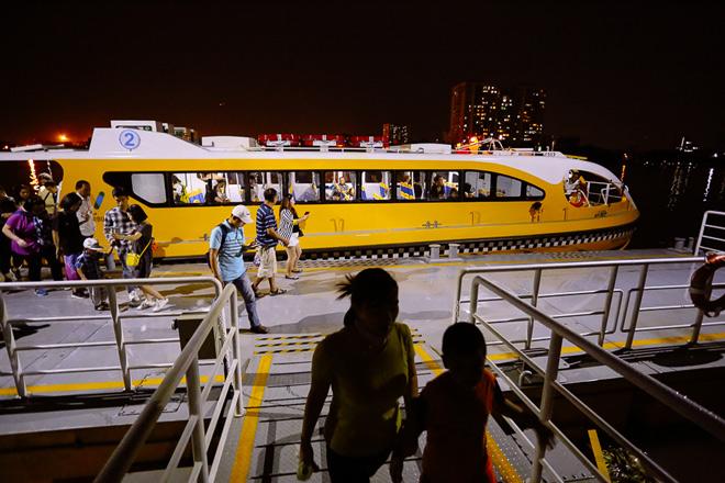 """Hết miễn phí vé, hành khách vẫn ùn ùn đi """"xe buýt"""" trên mặt nước - 12"""