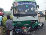 Xe buýt  đại náo  dốc cầu ở Sài Gòn, xe máy nằm la liệt