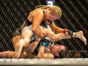 """Người đẹp UFC bị  tai nạn nhạy cảm : Hết sự cố lại bị đối xử  """" phũ """""""