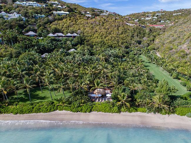"""Khu biệt thự được xây dựng bởi ngân hàng kết hợp với thương gia Benjamin de Rothschild, với tên gọi là  """" Girasol """" . Toàn khu được xây trên gần 3 ha đất tại hòn đảo Saint Barthélemy của Caribbean bao gồm cả 175 mét bãi biển riêng.."""