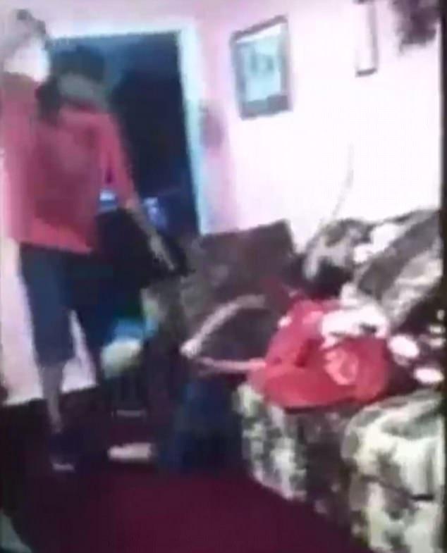 Ông bố Mỹ đánh đập, cạo đầu bé gái 14 tuổi gây phẫn nộ - 1