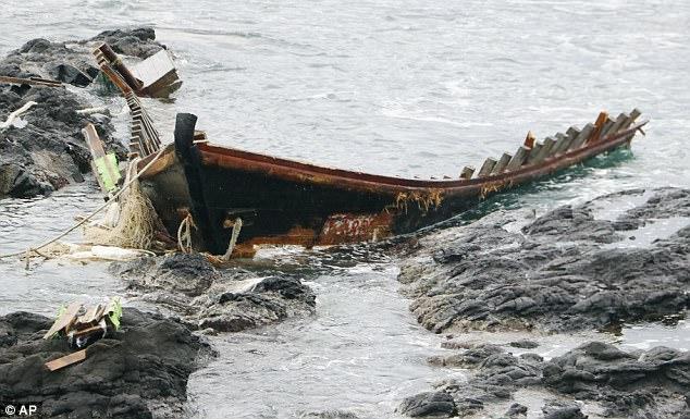 """Nhật Bản bắt ngư dân """"tàu ma"""" Triều Tiên vì phạm luật - 1"""