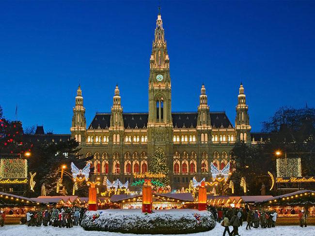 Vienna, Áo: Tại thành Vienna bạn sẽ có cơ hội tham gia một Giáng sinh cổ kính đáng yêu với những đồ trang trí lấp lánh trên các kiến trúc kiểu hoàng gia và ba ngôi chợ giáng sinh ngoài trời. Du khách có thể chọn nhiều loại đồ thủ công mỹ nghệ, đồ trang trí cũng như các loại ẩm thực quyến rũ và rượu vang địa phương đậm đặc.
