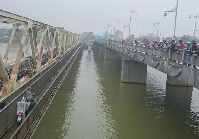 Bị cấm chuyện tình cảm, nam sinh lớp 11 nhảy xuống sông Hương - 1