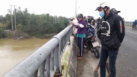 Bỏ lại xe đạp trên cầu, một học sinh lớp 11 nhảy sông tự tử - 1