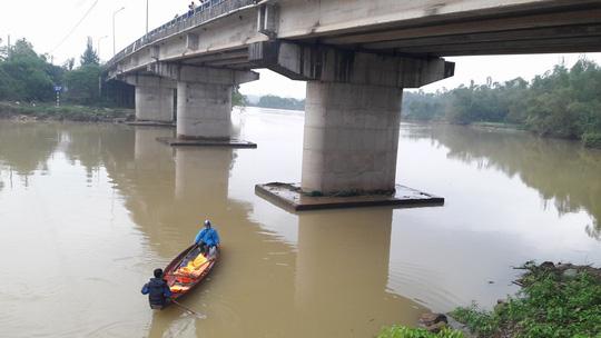 Bỏ lại xe đạp trên cầu, một học sinh lớp 11 nhảy sông tự tử - 2