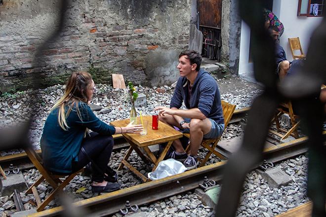 Chuyện lạ: Quán cà phê mọc giữa đường ray ở Thủ đô - 2
