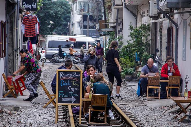 Chuyện lạ: Quán cà phê mọc giữa đường ray ở Thủ đô - 1