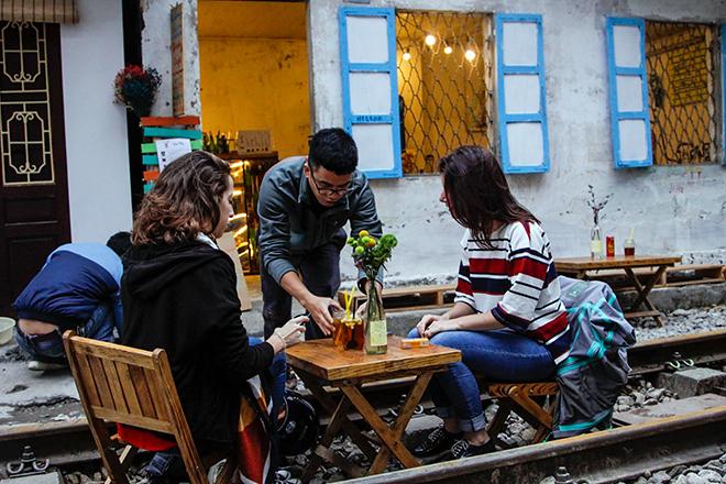 Chuyện lạ: Quán cà phê mọc giữa đường ray ở Thủ đô - 3