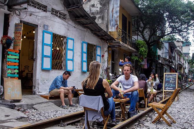 Chuyện lạ: Quán cà phê mọc giữa đường ray ở Thủ đô - 4