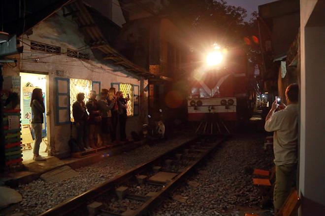 Chuyện lạ: Quán cà phê mọc giữa đường ray ở Thủ đô - 11