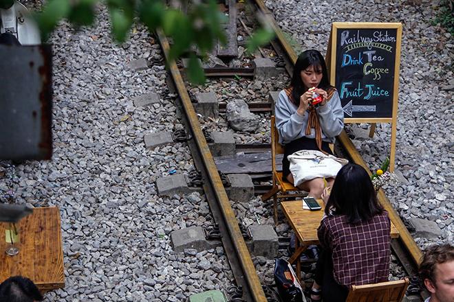 Chuyện lạ: Quán cà phê mọc giữa đường ray ở Thủ đô - 10