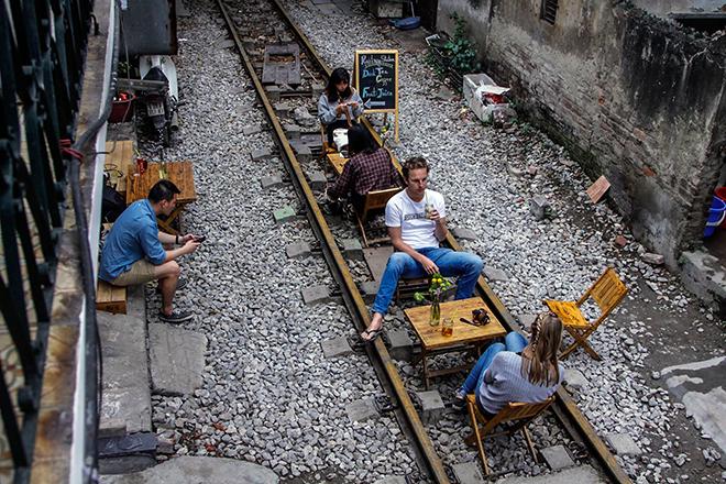 Chuyện lạ: Quán cà phê mọc giữa đường ray ở Thủ đô - 8