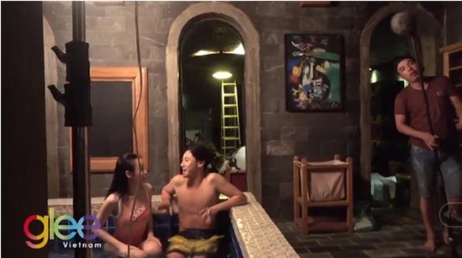 Sang tập 2, Phương Trinh và Rocker Nguyễn có cảnh yêu nhau trong bể bơi. Những tranh cãi nổ ra trên cộng đồng mạng giữa hai ý kiến khen chê chi tiết này.