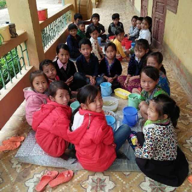 Khó tin nhưng có thật: Đang học, trẻ em phải ra sân chạy nhảy cho đỡ rét vì thiếu áo ấm - 1