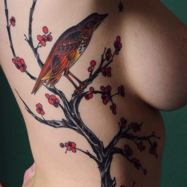 Hình xăm ngực vừa nữ tính lại vô cùng táo bạo.