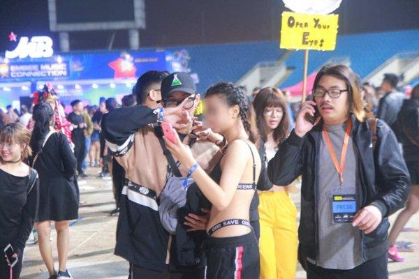 Chị em Hà Nội mặc nội y bé xíu, phơi lưng trần đi nghe nhạc giữa trời rét - 2