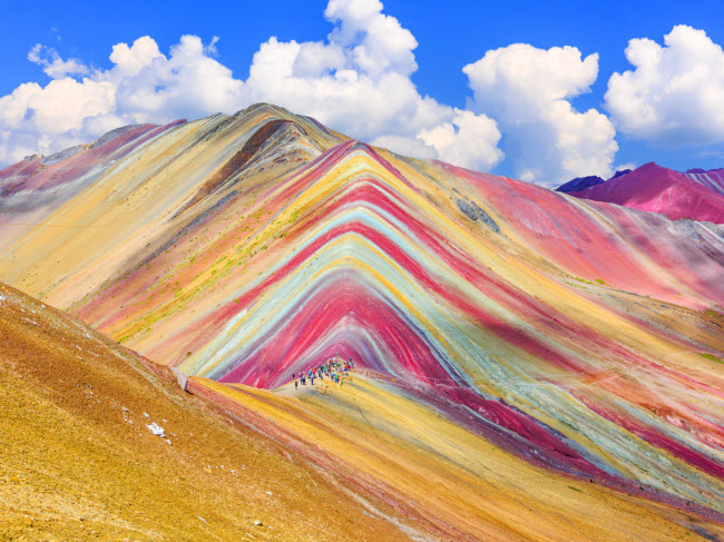 Vinicunca, vùng Cusco, Peru: Theo ngôn ngữ địa phương ở vùng Cusco, Vinicunca có nghĩa là núi cầu vồng. Màu sắc của dãy núi là các khoáng chất, nhưng chúng không dễ nhìn thấy. Trong nhiều năm, Vinicunca bị che phủ bởi một lớp băng dày.