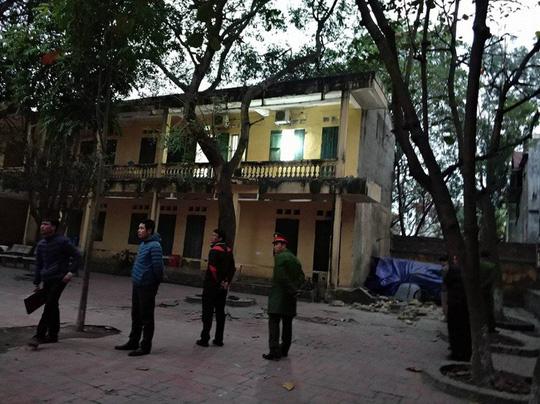 Sập lan can trường tiểu học, 16 học sinh bị thương - 1