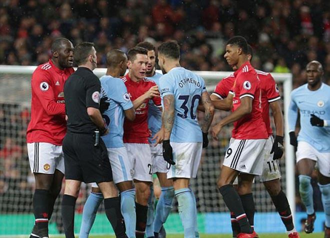 Mourinho cà khịa cầu thủ Man City, bị ném chai nhựa vào đầu - 6
