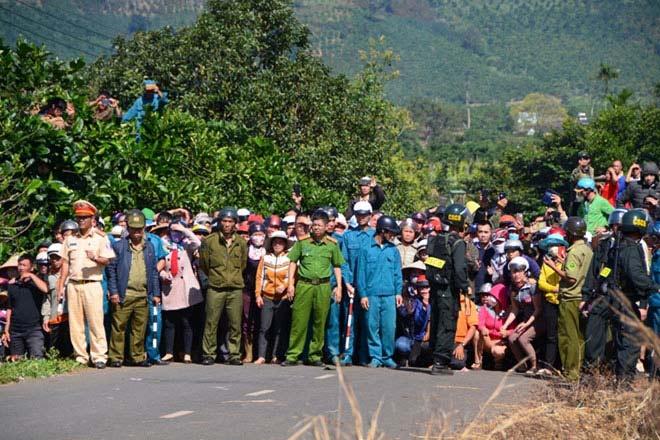 Hàng nghìn người bỏ hái cà phê đi xem dựng lại hiện trường vụ giết người - 3