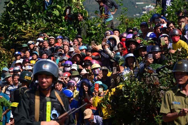 Hàng nghìn người bỏ hái cà phê đi xem dựng lại hiện trường vụ giết người - 5